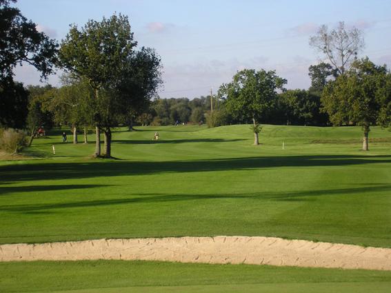 le-golf-centre-manche-est-offre-un-parcours-de-9-trous-aux-abords-de-letang-des-sarcelles